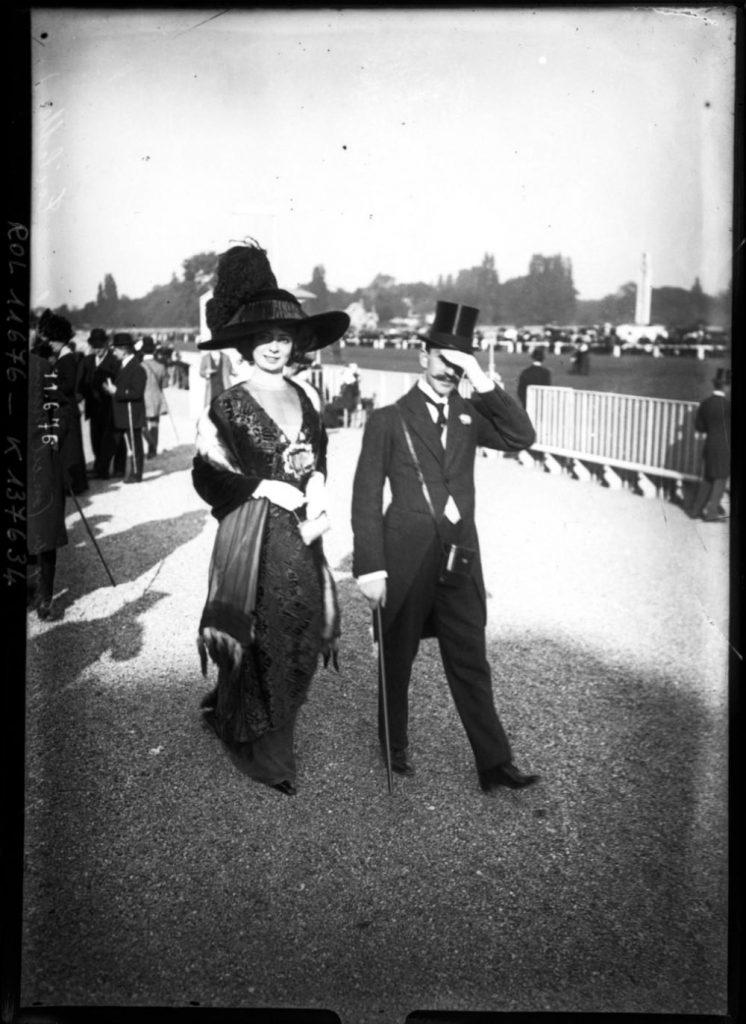 1910 Image: Agence Rol/Gallica via Europeana - Fashion at the Parisian Races