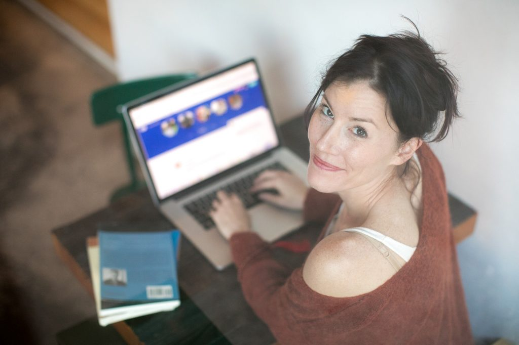Woman writing on an laptop